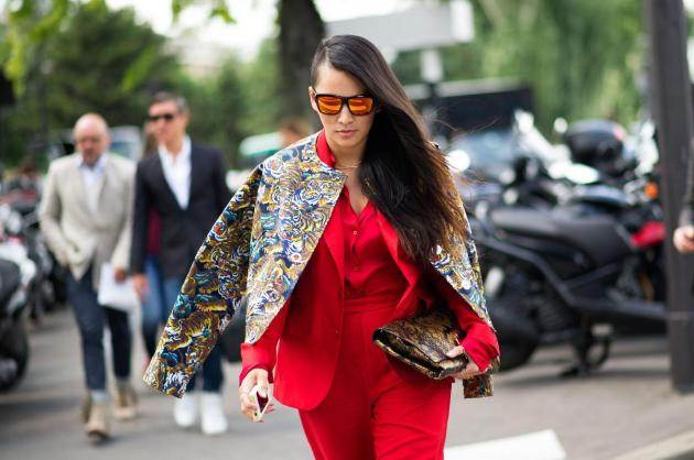 Rojo y mirrored sunglasses
